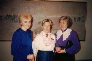 Maarianhaminan kevätseminaari 1992 Irma Tarton kerhon pj Maia Palsin ja sihteeri Mare Ruusaleppin kanssa