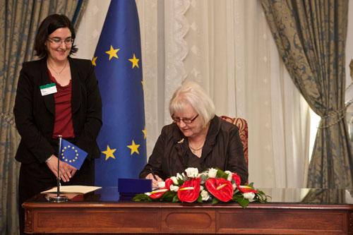 Suomi allekirjoitti Euroopan Neuvoston naisiin kohdistuvan väkivallan ehkäisemiseen liittyvän sopimuksen 11.05.2011 Suomen puolesta sopimuksen allekirjoitti Suomen Euroopan Neuvoston suurlähettilä Irma Ertman.